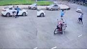 Bị nhắc nhở đỗ xe trước cổng viện, tài xế lên gối và bóp cổ bảo vệ