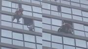 Ở nhà một mình, bé gái 5 tuổi mắc kẹt ngoài cửa sổ tầng 13