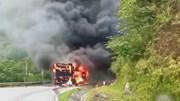 Xe khách giường nằm cháy trơ khung trên Đèo Gió, Bắc Kạn