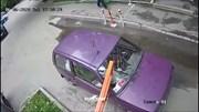 Barie chắn đường bị kẹt khiến ô tô bị vỡ kính chắn gió nhiều lần