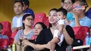 Lần đầu ra sân cổ vũ bố, con gái Bùi Tiến Dũng được HLV Park nựng má