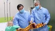 Bệnh nhân số 91 cười nói bắt tay Chủ tịch UBND TPHCM trên giường bệnh