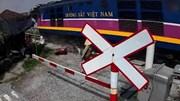 Cố vượt qua đường ray, người phụ nữ vứt xe khi thấy tàu lao đến