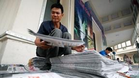 Trời chưa sáng, gặp những người đọc báo sớm nhất Hà Nội
