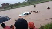 Xem dân làng buộc dây thừng, đập kính giải cứu xe đón dâu lao xuống sông