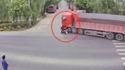 Bị xe tải đổ đè lên người, người phụ nữ thoát chết nhờ mũ bảo hiểm