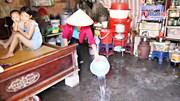 Chống nắng kỷ lục: Xóm trọ nghèo tạt nước cả ngày, nhặt rác che mái nhà