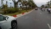 Cố vượt giữa làn thu hẹp và xe tải, ô tô con suýt leo lên dải phân cách