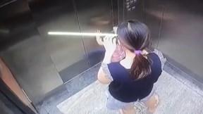 Bé gái bị kẹt tay vào thang máy trong lúc mẹ mải dùng điện thoại