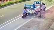Mải xem điện thoại, cô gái đi xe máy húc thẳng đuôi xe tải