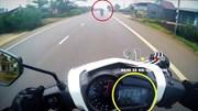 Vào cua tốc độ cao tông trực diện xe khách, xe máy bị kéo lê nhiều mét