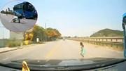 Tài xế đánh lái xuất thần tránh bé gái lao sang đường bất ngờ
