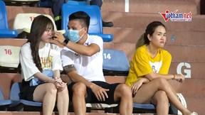 Quang Hải tình tứ bạn gái Huỳnh Anh trên khán đài, thuê vệ sĩ riêng bảo vệ
