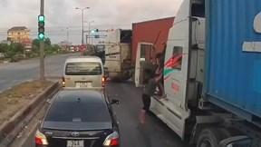 Bị chặn đầu, tháo phanh, 2 tài xế container cầm gậy lao vào đánh nhau