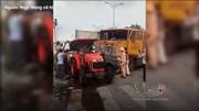 Xe tải đấu đầu container, tài xế mắc kẹt trong cabin