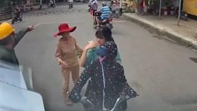 Đi ngược chiều chặn đầu container, nữ 'ninja' hùng hổ mắng tài xế đi sai