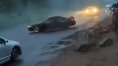 Trổ tài drift trên đường, tài xế nhận bài học đắt giá