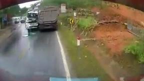Xe cứu hộ chạy lấn làn đâm trực diện xe ben
