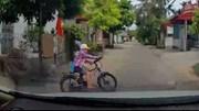 Xe đạp bất ngờ lao từ ngõ ra đường, bé trai suýt bị ô tô đâm