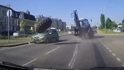 Máy xúc đang chạy bon bon, lốp lớn bất ngờ bung văng trúng 2 ô tô