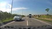 Hàng loạt ô tô bẻ lái gấp tránh xe Fortuner chạy ngược chiều trên cao tốc