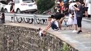 Cầm tay trẻ 3 tuổi thả ngoài vách đá dựng đứng để…chụp ảnh