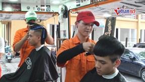 Salon tóc di động phục vụ sinh viên với giá 2.000 đồng