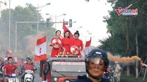 Hàng ngàn CĐV Hải Phòng đốt pháo sáng mù trời, hò hét diễu hành khắp Hà Nội