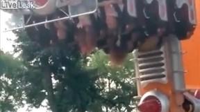 Đu quay gặp sự cố, nhiều trẻ em bị treo ngược trên không