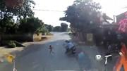 Tránh trẻ sang đường, 2 người đi xe máy ngã trước đầu xe container