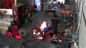 Nam thanh niên đổ nước vào xe máy đang cháy dính lỗi PCCC cơ bản