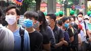 Du khách đeo khẩu trang xếp hàng rửa tay, đo thân nhiệt tại Hà Nội