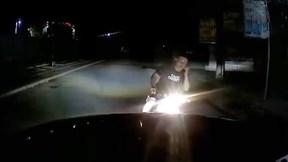 Nửa đêm, ô tô bất ngờ bị thanh niên đi xe máy chặn đầu rồi bỏ xe rời đi