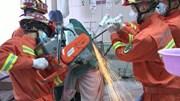 Công nhân bị 2 thanh sắt đâm xuyên cổ và ngực, sống sót thần kỳ