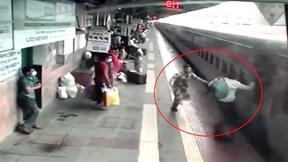 Khoảnh khắc nhân viên sân ga cứu hành khách suýt bị tàu hỏa cuốn