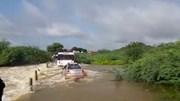 Ô tô bị trôi khi cố lao qua dòng nước lũ, 2 người may mắn thoát chết