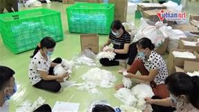 Nhặt hàng tấn găng tay y tế bẩn, đóng gói bán ra thị trường