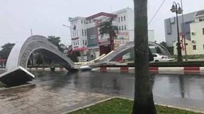 Mưa lớn, gió mạnh giật đổ cổng chào cao 7m ở Bà Rịa