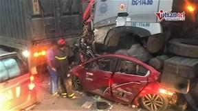 Hà Nội: Container đâm ô tô con khiến 4 người thương vong