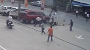 Hai đối tượng cướp giật dây chuyền, xịt hơi cay chống trả người vây bắt