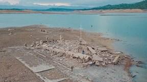 Thị trấn chìm dưới nước nổi lên sau 50 năm, dân cho rằng điềm lành đang đến