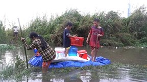Dứt mưa hơn 2 ngày, khu trọ ở TP.HCM vẫn chìm trong biển nước