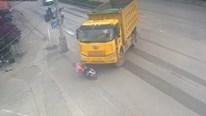 Bị xe tải 'nuốt chửng', người phụ nữ đi xe điện thoát chết kỳ diệu