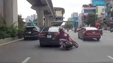 Vượt ẩu, xế hộp 'đốn ngã' người phụ nữ đi xe máy rồi tăng ga bỏ chạy