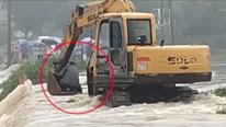 Dùng máy xúc giải cứu người đàn ông mắc kẹt giữa dòng nước lũ
