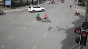 Cố tình vượt đèn đỏ, người đàn ông nằm bất động trên đường