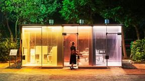 Thử thách cực độ: Dùng toilet trong suốt ở nơi công cộng