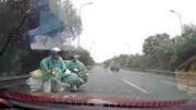 Ô tô ép 2 xe máy chở rau quay đầu khi đi ngược chiều trên Đại lộ Thăng Long