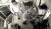 Nhân viên bảo vệ tay không ngăn chặn 3 tên cướp cầm súng