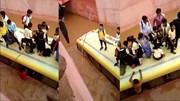 Khoảnh khắc giải cứu học sinh trên nóc xe buýt bị kẹt trong hầm ngập nước